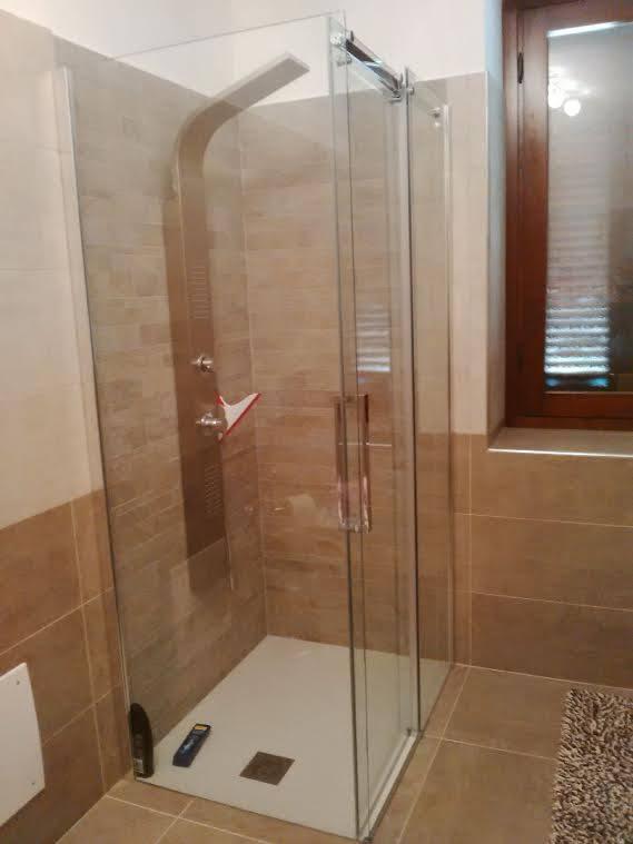 Box doccia ad angolo finestra rettangolare box doccia torino - Doccia finestra ...